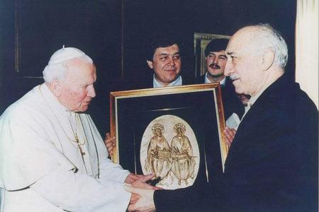 Gülen visitando a Juan Pablo II en el Vaticano
