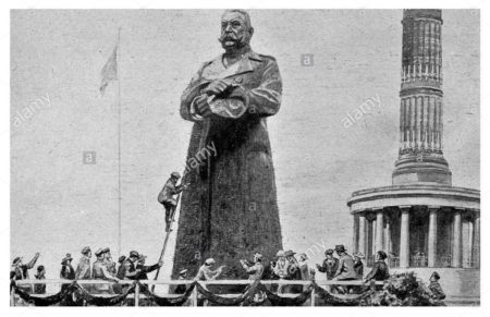 Por un módico precio, los berlineses podían clavar un clavo en la estatua, de modo que esta poco a poco pasó de ser de madera a ser de hierro.